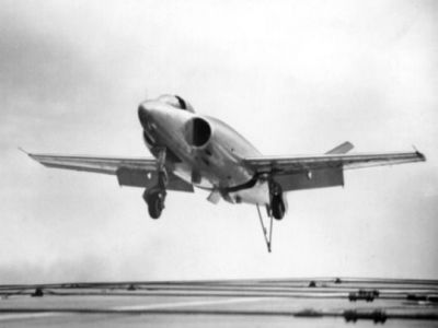 A Supermarine 508 experimental fighter landing on the aircraft carrier HMS Eagle, 1952.