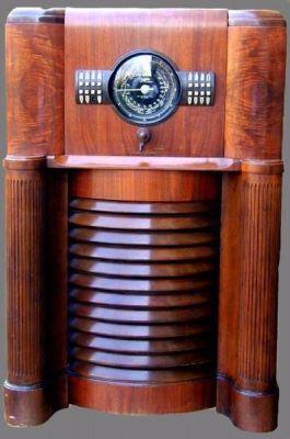 An immense 1939 Zenith 12-S-370 Console Radio.