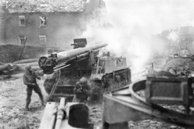 A United States M40/M12 Self-Propelled Gun firing onto a building at point blank in 1945.